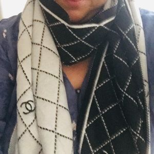 Black and white cashmere scarf